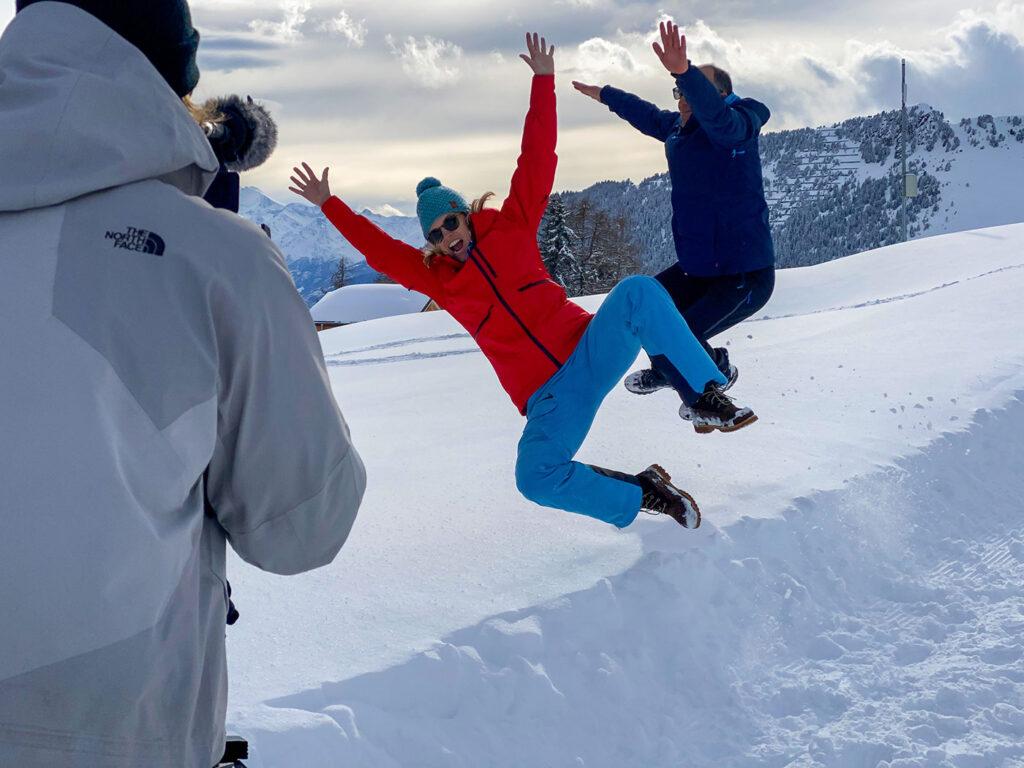 Springen in de verse sneeuw