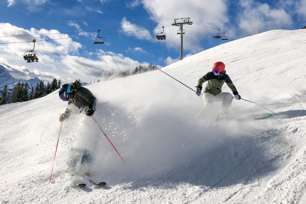 sneeuwdouche van een van je vrienden op wintersport