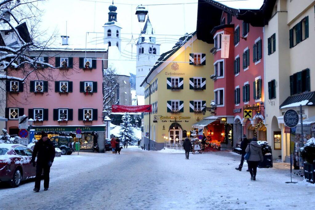 Het centrum van Kitzbühel in Oostenrijk