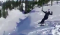 Vrouw schat snelheid verkeerd in en vliegt meters door de lucht